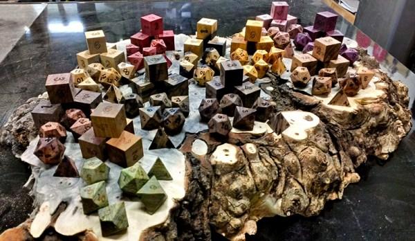 I dadi di legno di Artisan Dice