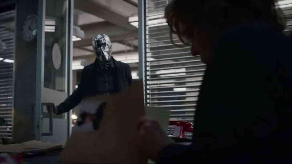 Mirror Guy incontra Laurie nel suo nuovo ufficio