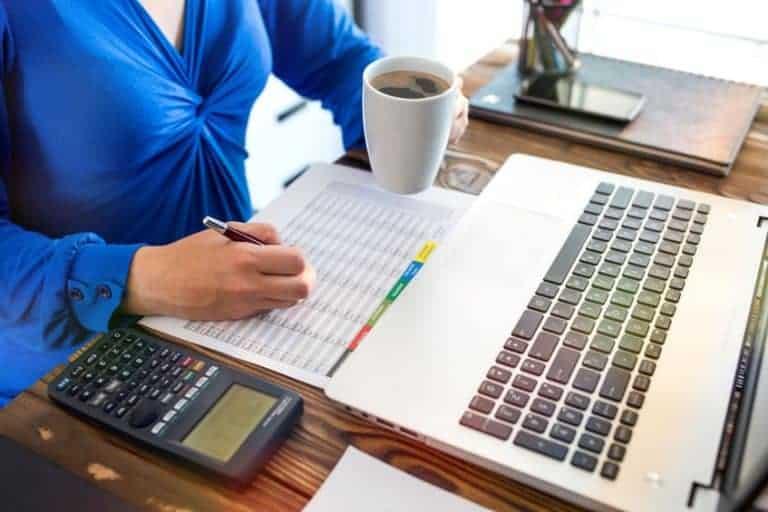 Donna alla scrivania con calcolatrice scientifica