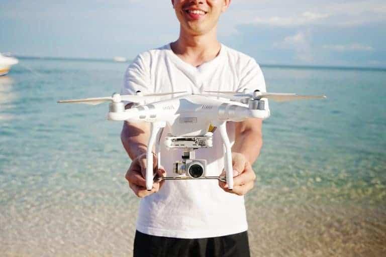 Uomo che sorregge un drone professionale