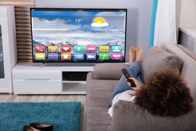 Persona che guarda la TV dal divano