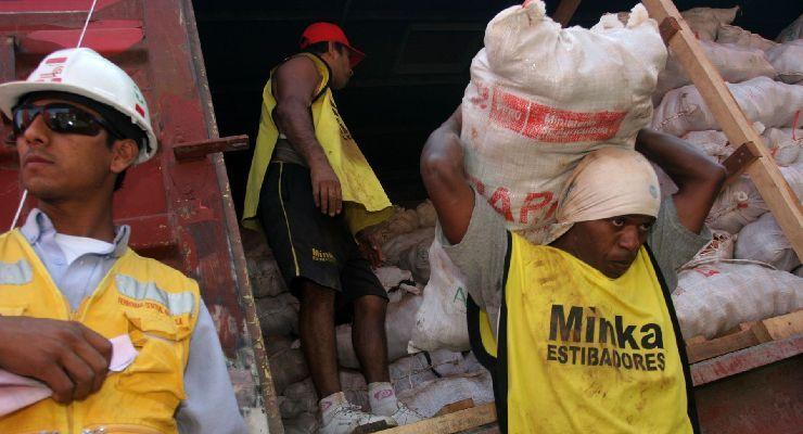 Cómo prevenir los riesgos por carga manual de los estibadores terrestres