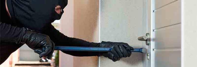 Ladrón apalanca puerta