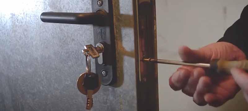 Como cambiar bombin cerradura