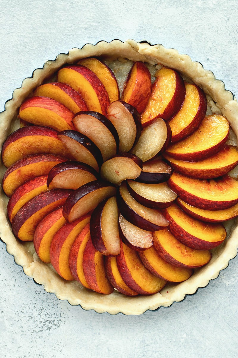 Tart dough filled with fruit slices