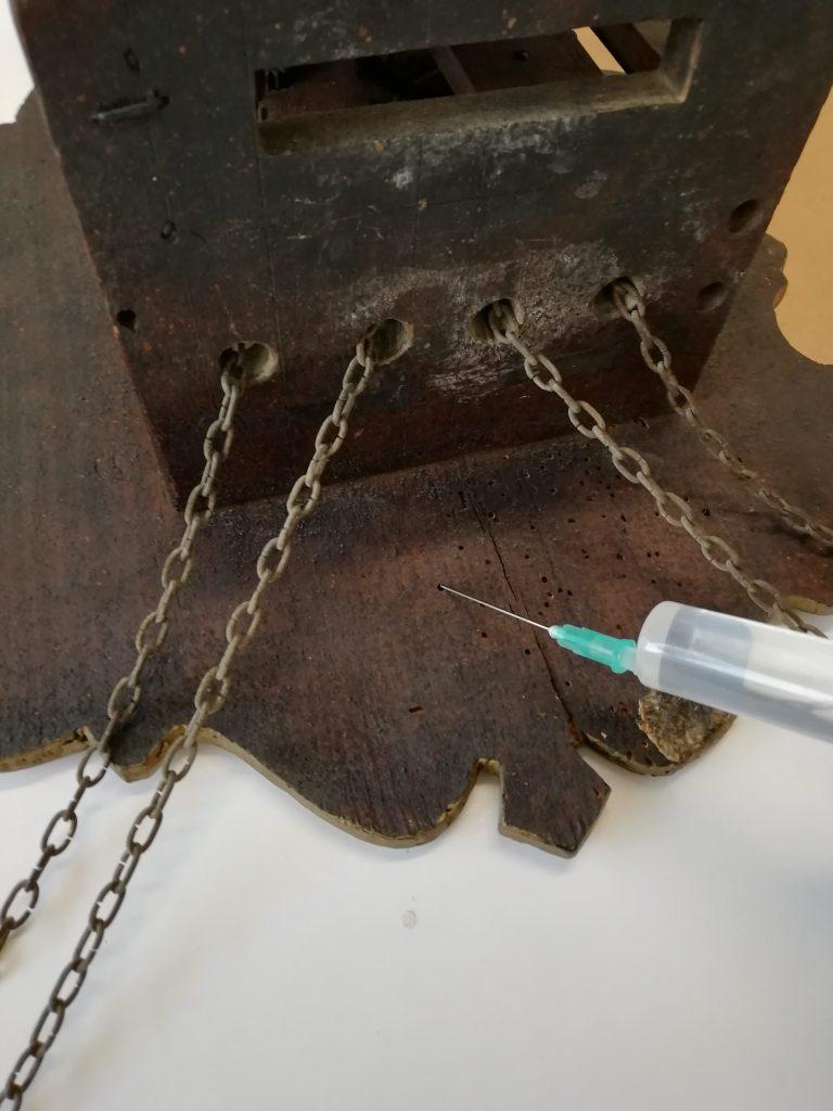 Imatge d'un dels passos del procés de desinfestació i prevenció de corcs