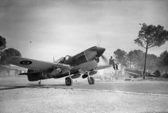 Curtiss Kittyhawk Mark IV, FX745 'OK-Y', del 450° Squadron RAAF, caricato con tre bombe GP da 250 libre per un volo a sostegno dell'offensiva in primavera dell'8° Armata nella Pianura Padana.