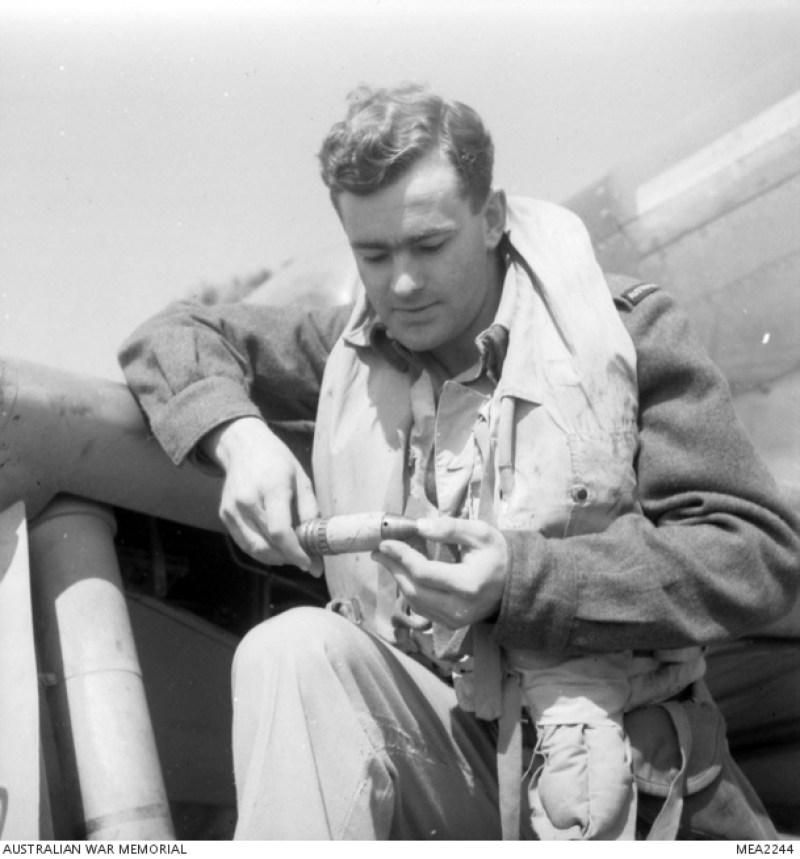 1945, il maresciallo John Taylor esamina il proiettile tedesco che ha colpito il suo aereo.