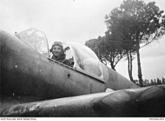 Marzo 1945, ritratto del maresciallo Arthur William Pardey del 3° Squadron RAAF, seduto nel suo cacciabombardiere Mustang Mk III (notare il tettuccio di tipo Malcolm). Arthur si appresta a decollare per l'ultima missione operativa della sua squadriglia.