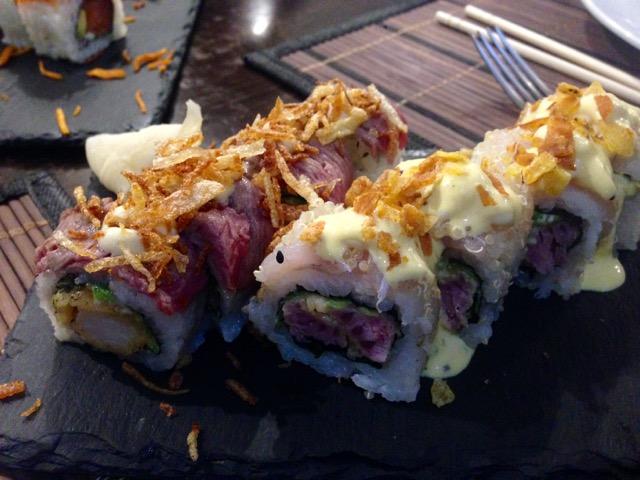 Mar y montaña (langostino y carne roja) y Roll de quinoa y ají amarillo