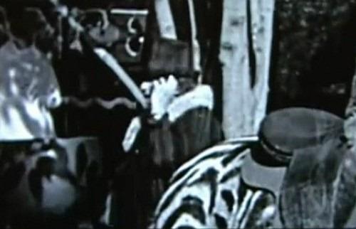 Viajante do tempo flagrada em filme de Charlie Chaplin?