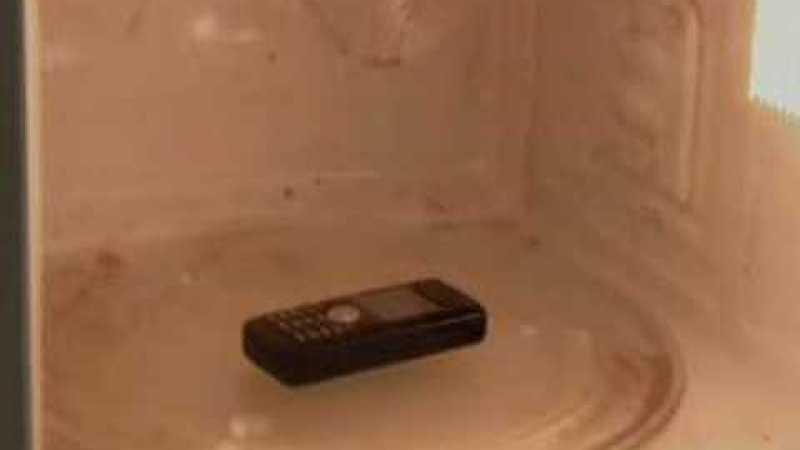 Como estourar pipoca com um celular (e um microondas)