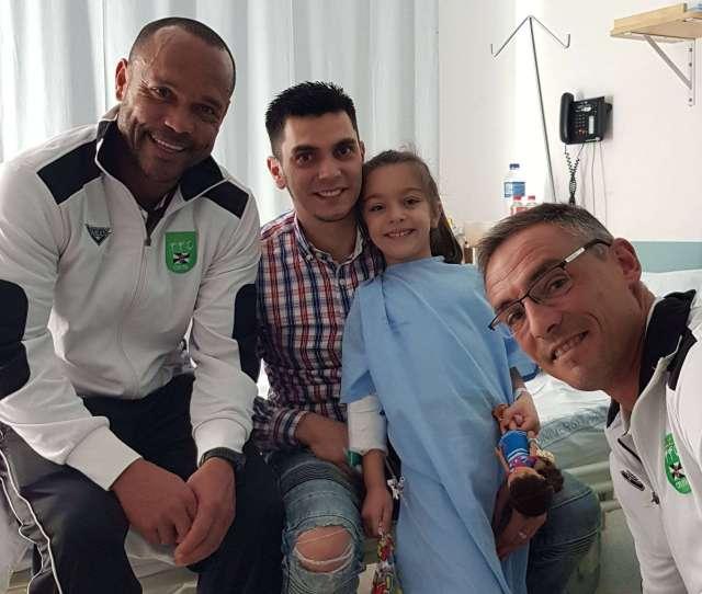 La Ffce Visitando A Los Ninos Del Hospital Cedida