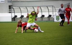 Rubia pelea por el balón con una jugadora de La Rambla.