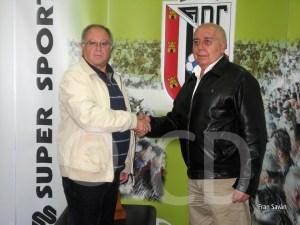 Moreno y Gil rubrican su acuerdo con un apreton de manos
