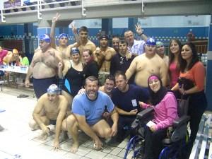 Grupo de nadadores de FEAPS junto a sus monitores
