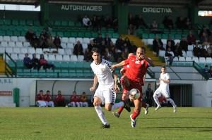 Sandro pugna por el balón en el empate del Atlético de Ceuta en Pozoblanco