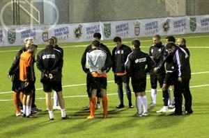 Álvaro Pérez habla con sus futbolistas antes del partidillo