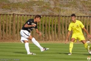 Jefté golpea el balón en un amistoso contra el Villarreal