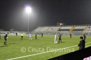 Una imagen de un partido del Atlético de Ceuta en el Murube tras la inauguración de su césped artificial