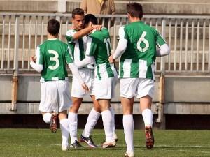 Javi López, felicitado por sus compañeros, ha marcado 9 goles
