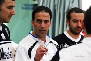 Chito da instrucciones a sus jugadores durante el partido contra el Manzanares