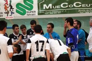 Chito, dando instrucciones a sus jugadores durante el partido ante el Bujalance