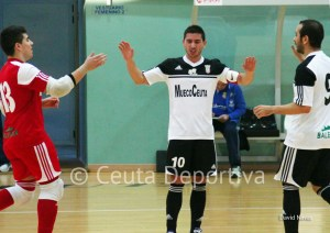 Salvi es felicitado tras su gol por Murcia y Mohamed