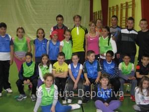 Abel Antón se fotografió con los alumnos de la escuela y su responsable Samira Mhamdi