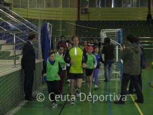 Abel Antón corrió con los alumnos sobre la pista del Díaz-Flor