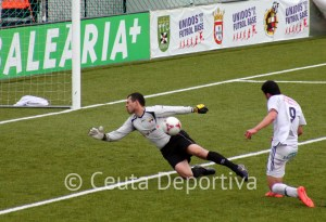 Momento en el que Ismael bate al portero del Ayamonte para conseguir el 2-0