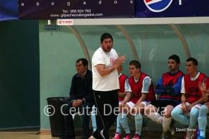 Josán González, entrenador del CD Ategua, animando a sus jugadores el sábado en Ceuta