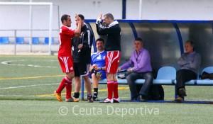 Corrales felicita a Prieto tras marcar el delantero uno de sus tres goles