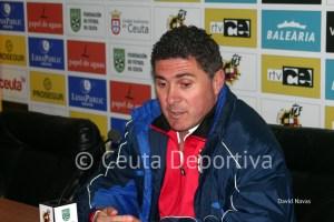 El entrenador del CD Mairena, Alonso Ramírez, no podrá sentarse en el banquillo las dos próximas jornadas