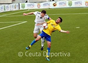 Jaime, en pleno salto con un atacante del Cádiz B
