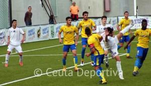 Jesús Villatoro, que intenta el remate de forma acrobática ante el Cádiz B, está advertido de suspensión