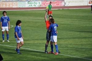 Rica Alarcón amonesta a un jugador del San Fernando en un partido de la temporada pasada