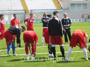 El canario habla con sus jugadores antes del partidillo en el Murube