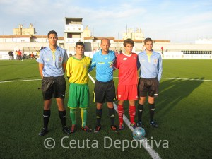 Abdelmumin Mehid Mohamed junto a los capitanes del Goyu y Sevilla B