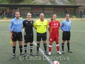Mohamed Ahmed Abdeselam junto a las capitanas y sus asistentes
