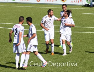 Los jugadores ceutíes celebran el empate a uno, obra de Villatoro de cabeza