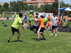 Los partidos de balonmano hierba se juegan sobre un campo de dimensiones más reducidas