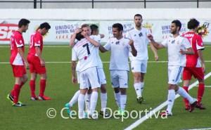 Aitor se abraza con Villatoro para agradecerle la asistencia en su segundo gol, quinto de los caballas