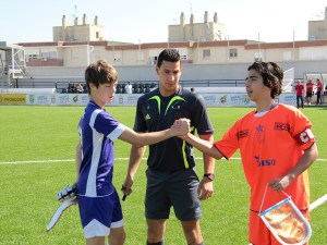 Los capitanes se saludan ante la mirada del colegiado Mohamed Mohamed
