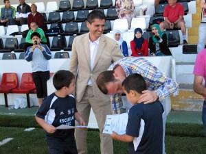 Antonio García Gaona y Luis Márquez Salinas, entregando diplomas a los alumnos