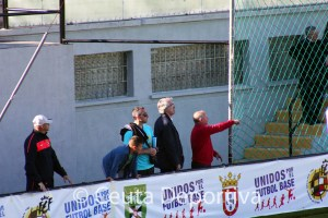 Muñoz, segundo por la derecha, junto al túnel de vestuarios, donde luego esperaría la salida del árbitro