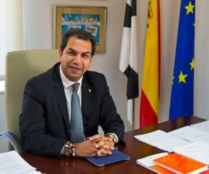 El consejero Mirchandani, en su despacho oficial