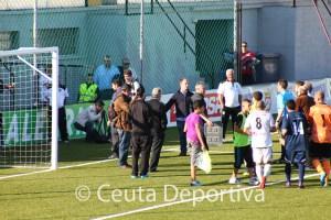 Álvaro Pérez y directivos del Atlético de Ceuta esperan a Rica Alarcón junto al túnel de vestuarios