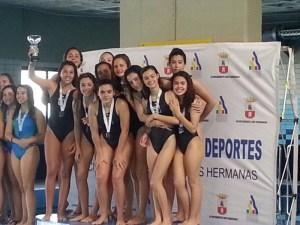 El equipo del CN Caballa, con la copa que les acredita como campeonas de Andalucía