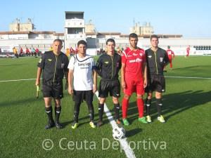 El colegiado Antonio Berlanga Ruiz con sus asistentes y capitanes